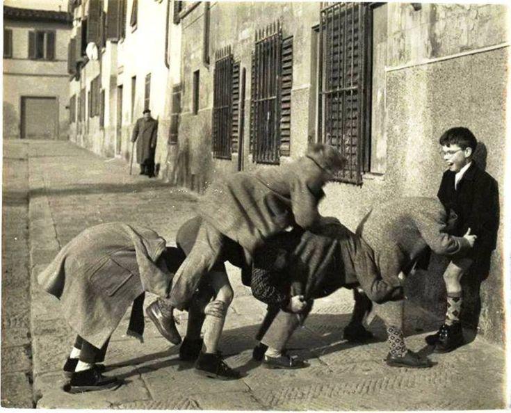 17 σπάνιες φωτογραφίες από τότε που τα παιδιά έπαιζαν κρυφτό, βόλους, μακριά γαϊδούρα.