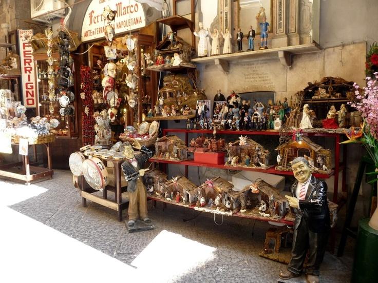 Napoli San Gregorio Armenro. Tra i mercatini di Natale più famosi, soprattutto per il presepe, c è quello nella zona compresa fra Via San Gregorio Armeno e Spaccanapoli.