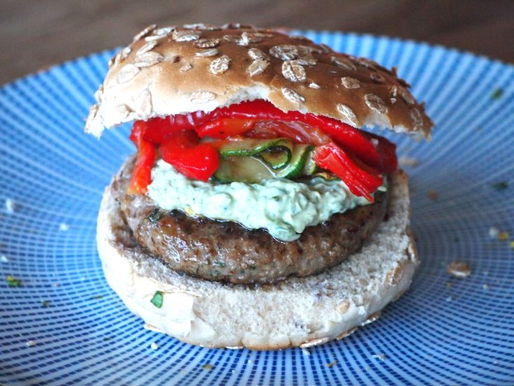 Hamburger met gegrilde groenten en dragon mayonaise
