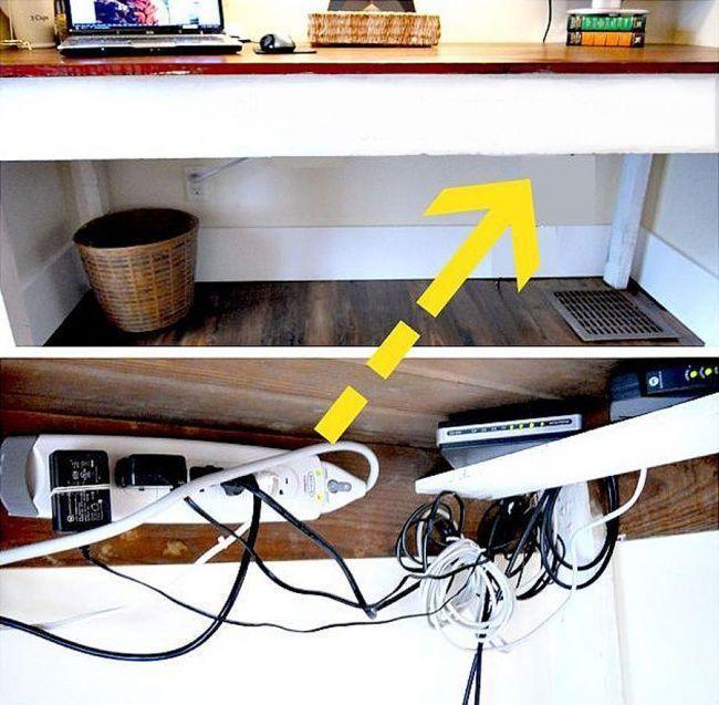 Прибейте крючки к внутренней части крышки стола, чтобы подвесить на них провода и, таким образом, скрыть их из вида.
