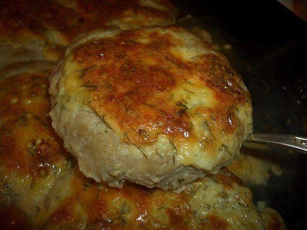 Výborné mäsové placky so syrom, ktoré si obľúbite. Stačí už len vybrať tú správnu prílohu a o obed máte postarané. Môžete použiť hovädzie, bravčové alebo kuracie mleté mäso.