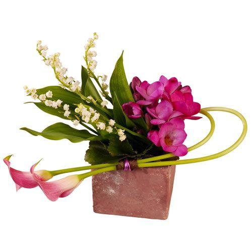 [  DIVETTE  ] Nos artisans #fleuristes ont souhaité célébrer l'arrivée du printemps par cette élégante composition piquée où le charme le dispute à la fraîcheur juvénile. #PremierMai #Muguet #FleursMuguet #Florajet #EnvoyerDuMuguet