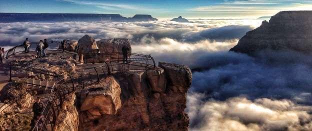 Un extraño fenómeno meteorológico llamado inversión térmica llena el valle, lo que da la impresión de que está repleto de nubes. PN Gran Cañon, Arizona.