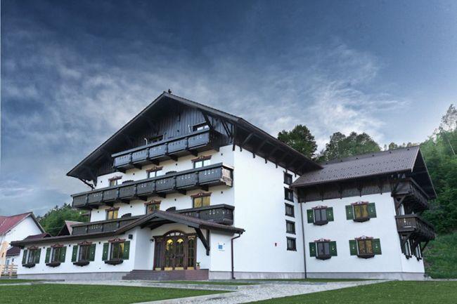 De data aceasta, ne-am indreptat catre zona Bran-Moeciu, mai precis in Simon, unde am regasit Pensiunea Brandeberg, un loc cu puternice influente austriece, unde ne-am simtit fain si pe care vi-l recomandam cu drag.