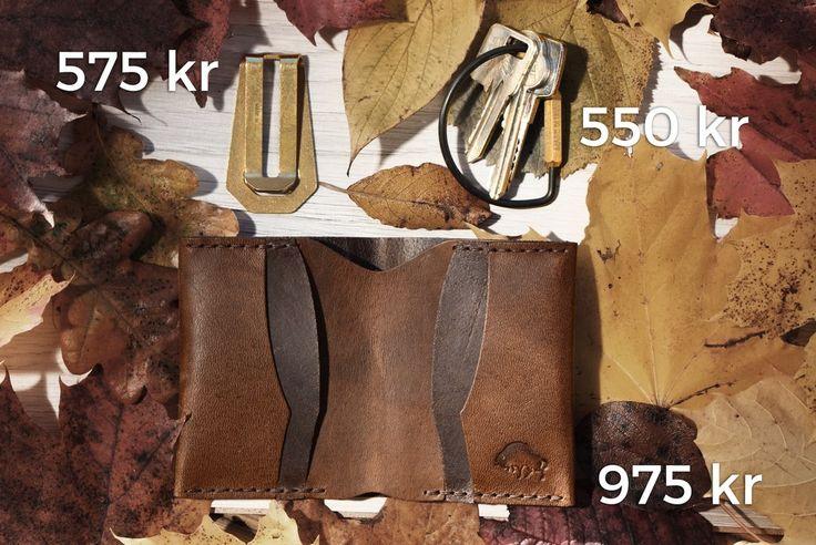 Köpt något mäktigt paket till din Pappa i Fars Dag-present? Du kan handla presenter som omges av en unik historia och paketinslagning hos oss. På bilden ser du läderplånbok, sedelklämma och nyckelring. #sawyerstreetgoods #presenttips #kvalitet #inspiration #exklusiv #accessoarer #herrstil #herrmode #gentleman #hantverk #herraccessoarer #handgjort #livsstil #tillhonom #lyx #nyckelring #ehandel #inslagning #mode #läder #läderplånbok #sedelklämma #plånbok #farsdag