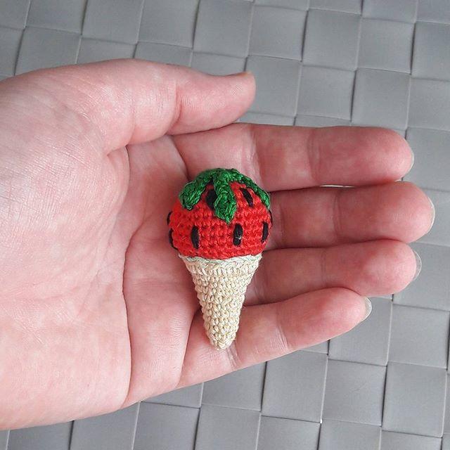 Вязаная брошь Арбузное мороженое  #вязаниекрючком #уютныйдомик #вязанаяброшь #брошькрючком #вязантемороженое #вязанаяеда