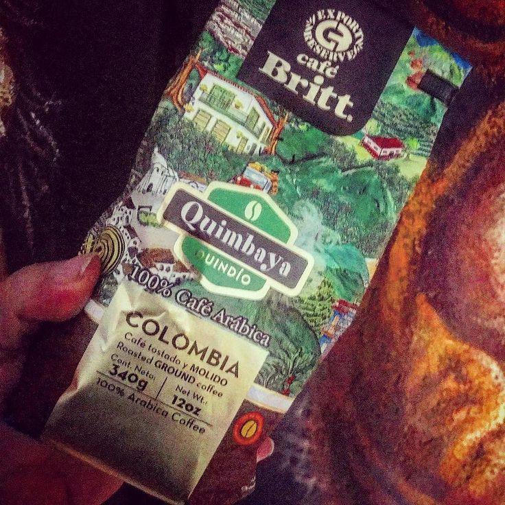 # Café de Colombia /Granos de cafe en la planta.jpeg  El grano de café se comenzó a cultivar comercialmente en Colombia en el municipio de Salazar de Las Palmas Norte de Santander y durante el siglo XX fue el producto primordial dentro de las exportaciones colombianas. A la región del Eje cafetero llegó a través de la migración poblacional conocida como colonización antioqueña.  El área comprendida entre los departamentos de Caldas Risaralda y Quindío es conocida como el Viejo Caldas y el…