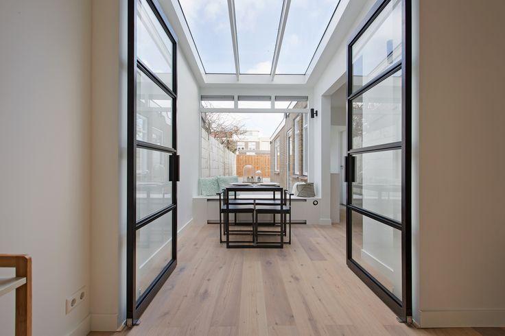 Skygate is een jong Nederlands merk dat betaalbare stalen binnendeuren met glas heeft ontwikkeld. Bekijk hier hoe bijzonder mooi de zwarte industriële deuren in verschillende ruimtes uitgevoerd zijn.