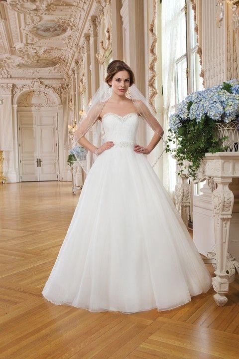 Biele korzetové svadobné šaty s veľkou sukňou