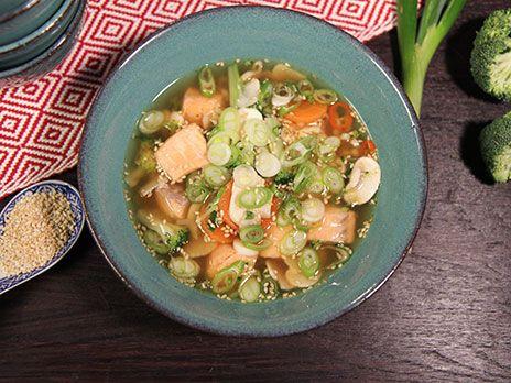 Snabblagad japansk laxsoppa gjord på dashibuljong. Innehåller morötter, broccoli och champinjoner och är kryddad med chili, ingefära och sesam.