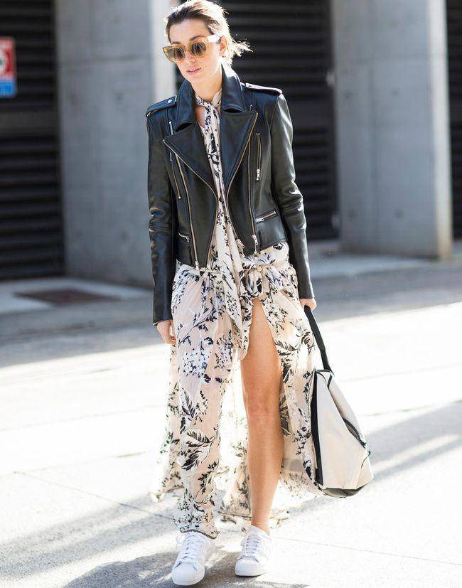 Longue robe évanescente + baskets + perfecto noir = le bon mix (photo A Love is Blind)