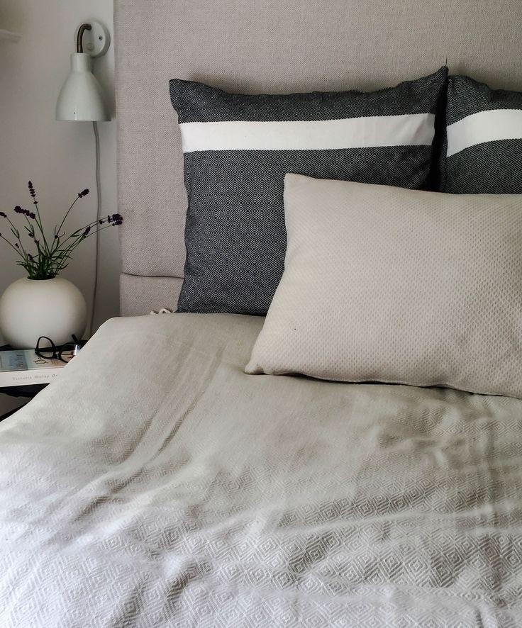 Pyntepuder fra VIIL i flot sort og hvidt gåseøje mønster og NOLA lys grå pude med struktur. // Cushion in black and white beautiful diamond pattern and NOLA cushion light grey textured textile.