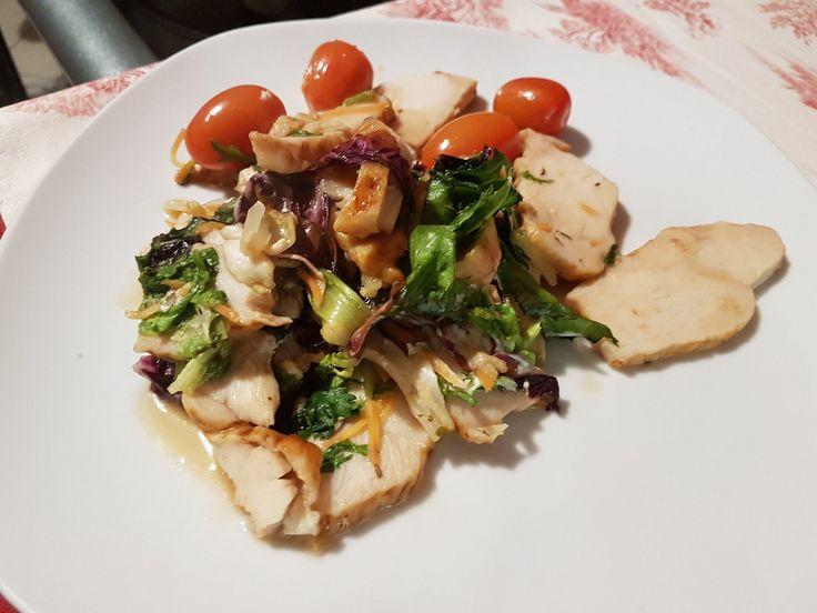 Tagliata di pollo con pomodorini, insalata scottata in padella, salsa di soia, peperoncino e 2 gocce di tabasco. #buonpranzo #monday