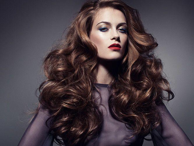Крепкие кудри Ровные от природы волосы достаточно сложно завить так, чтобы кудри продержались дольше, чем пару часов. Но существуют народные методы завивки, которые действеннее лаков и пенок. Например, можно заварить 2 чайные ложки чая (1 пакетик) на стакан кипятка. Этот напиток содержит танин, который укрепляет волосы и придает им блеск. Этим раствором нужно смачивать волосы до того, как вы собираетесь делать локоны.