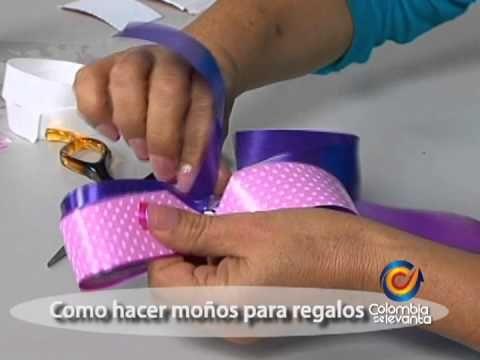 De una forma rápida y sencilla aprenda a realizar moños para decorara sus regalos, utilizando los colores que desee.