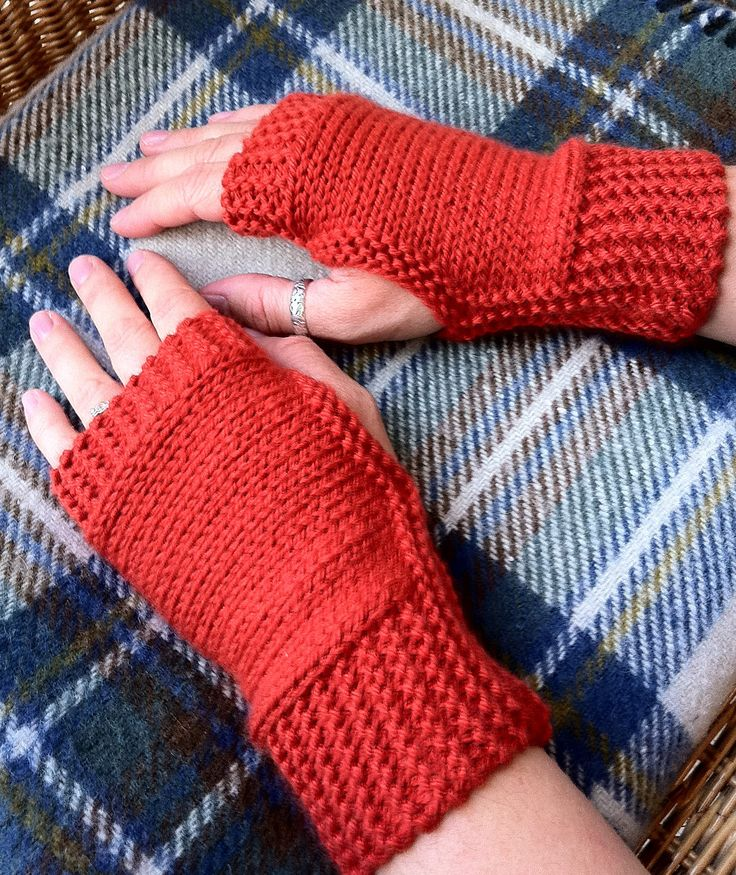 Easy Mitts Knit Flat Knitting Patterns | In the Loop Knitting - Beginner level mitts are knit flat. Rated very easy by Ravelrers. Many, in fact, said that this was their first knitting project. Designed by Roxanne Richardson. Pictured project by chinarose82