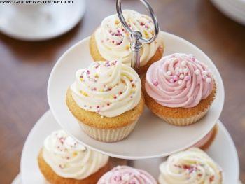 """Cupcakes Cu vârfurile lor albe şi roz, aceste brioşe """"cu moţ"""" îţi iau ochii. Aluatul se pregăteşte foarte uşor, dar aspectul profesionist îl dă glazura, pe care e musai să o şpriţezi printr-un vârf stelat.  Rețete de brioșe & cupcakes, Ziua femeii, Vegetariana, Craciun, Anul Nou, Pentru familie, Rețete pentru brunch, Reţete cu vanilie, Britanica, Reţete de deserturi, Reţete pentru prieteni, paste, Reţete cu frişcă, petrecere, Rețete simple"""