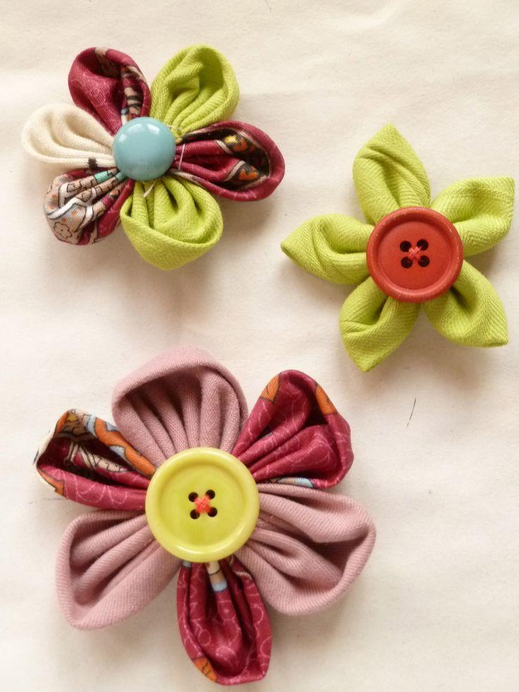 kanzashi. fiori di stoffa semplici. Qui due forme di petali, una tondeggiante e l'altra a punta. la base sempre a cerchio.