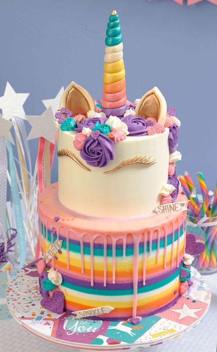 idee fur eine zweistockige einhorn torte mit einem weissen horn mit einem langen regenbogenfarbenen horn und