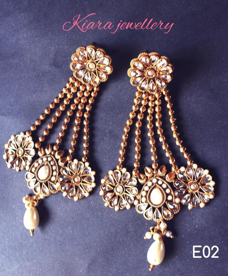 The long earrings, perfect combination of gold and pearl.