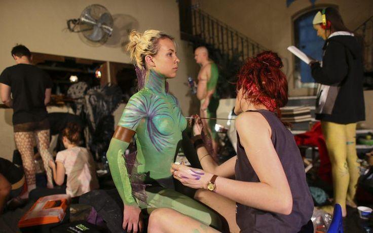 """Il tema della rassegna di quest'anno è la """"trasformazione"""". Gli studenti si sono ispirati ai personaggi  più stravaganti della storia del cinema, tra cui alieni e zombie -Berlino si illumina per il Festival delle luci: FOTO"""
