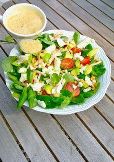 Gezonde salade met veldsla, gerookte kip en mozzarella