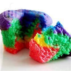 Esse bolo sempre impressiona e é um sucesso em festas infantis. São 6 camadas de cores diferentes, formando um arco-íris dentro do bolo. Você também pode fazer cupcakes com essa massa.