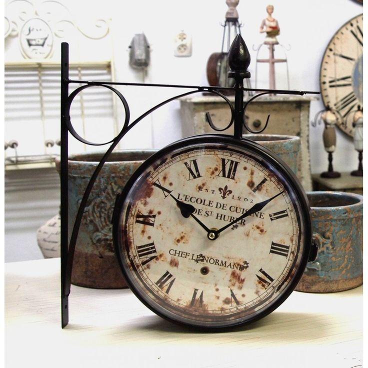Dwustronny zegar kolejowy stylizowany w starym stylu, dzięki rdzawym plamom na tarczy oraz rzymskich przecieranych cyfr, wprowadzi klimat retro na przykład do kawiarni.