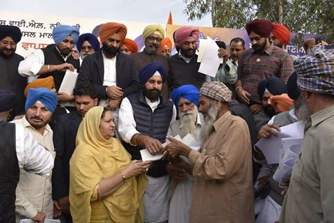 Punjab Revenue minister Bikram Singh Majithia yesterday gave practical shape to the bold decision of chief minister Parkash Singh Badal to return the land acquired for construction of the SYL canal back to the the farmers by handing over fard (revenue record) recognising the property rights of the farmers to them   #ShiromaniAkaliDal #SAD #Punjab
