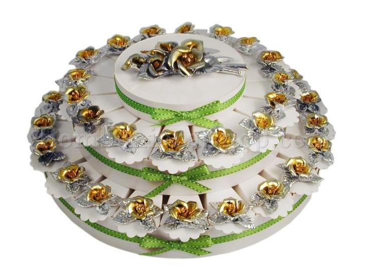 Torta bomboniera da 38 fette con delle roselline in porcellana argentate di colore argento.. #tortabomboniera #nozzeoro #matrimonio #bocciolodirosa