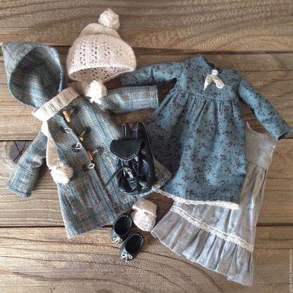 Купить или заказать Кукла с рюкзачком в интернет-магазине на Ярмарке Мастеров. Куколка в полностью снимающейся одежде. Аксессуары связаны на спицах 1,25мм, обувь выполнена вручную.