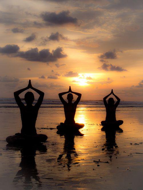 """Yoga girl http://girls-do-yoga.tumblr.com/ Dizem os especialistas: O Sol UVB """"meio-dia"""" é que absorve o hormônio D3, junto com a vitam. K. O sol se auto-regula, e para cada pessoa um tempo mínimo de exposição. Alguns filtros solares, com seus inúmeros componentes químicos, está associado a muitos cânceres. O complemento Vitam. D p Idosos é fundamental pq precisam de 4x. O Sol evita inúmeros tipos de doenças, e no passado sempre foi reverenciado. VIVA o ASTRO-REI!"""