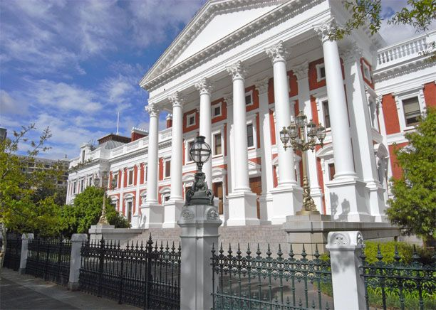 Just next to the Company Gardens, is located the Parliament Building. It hosts the South African Parliamant 6 months during the year.  It is an impressive building with its very specific architecture characterized by columns among other things.