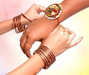 Raksha-bandhan «la fête des frères et sœurs». Il s'agit d'une fête de famille joyeuse : la semaine qui précède cette journée, les stands de bracelets rouge et or fleurissent un peu partout…Raksha-bandhan signifie, en Hindi, « le lien de la protection ». Cette fête célèbre en fait la protection et l'amour que se partagent frères et sœurs. Au lever du soleil, les femmes préparent un thali (plateau de nourriture) spécial. Toute la famille se retrouve le soir autour d'un grand repas pour prier.