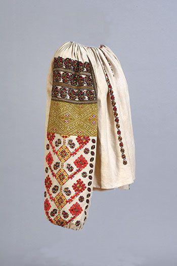"""Un tricou târziu secolului 19 femei, sau """"sorochka"""" (broderie pe pânză), din regiunea Bukovyna, Regiunea Cernauti, Carpații Orientali, Ucraina.  (Colecția UM)"""