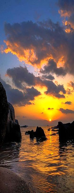 Cloudy sunset in KoTao, Thailand. - by JulienGr