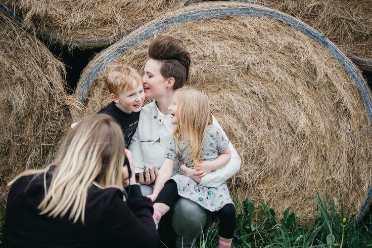 Vad gör en familjefotograf egentligen? Vilket problem kan vi lösa för er?  Nu har vi tider för sommaren och höstens familjer, klicka på länken för att läsa mer!