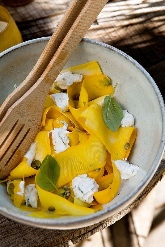 Dit leuke recept mochten we overnemen van Ann, van de blog Photo-Copy. Snijd de courgettes met een dunschiller in repen en bewaar in een kom. Maak een vingaigrette van de olijfolie, azijn, één eetlepel basilicum, peper en zout en meng met de courgettelinten. Zet tien minuutjes apart. Doe de pitten in een pannetje, laat gedurende …