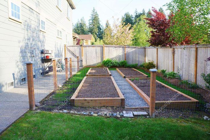 Malá zeleninová zahrada v oploceném dvoře poblíž domu — Stock obrázek #13716865