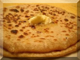Delicious Indian food : Aloo Paratha, a famous brekfast in india | Visit India with us and enjoy indian food. Book your india tour today