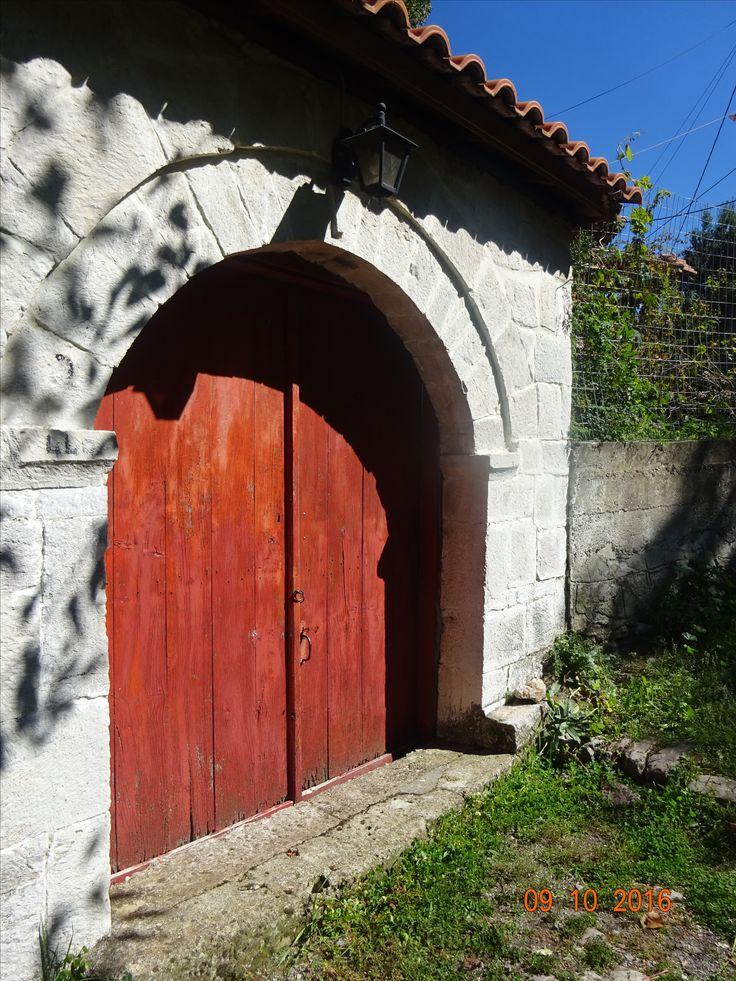 Κόκκινη εξώθυρα σε κάτω γειτονιά της Ανδρίτσαινας, φωτ: Έφη Χατζηνάσου