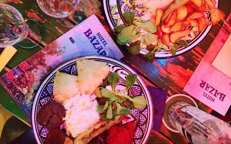 Bazar: Het Midden Oosten om de hoek. Gevestigd in een monumentaal pand aan de Witte de Withstraat in het centrum van Rotterdam en aan de Albert Cuypstraat in de bruisende Pijp van Amsterdam zit Bazar. Waan je even in het Midden Oosten, maar dan om de hoek! De kleurige tafels, de opvallende lampen in prachtige kleuren en de vrolijke muziek doen denken aan een drukke markt op een verre vakantiebestemming.