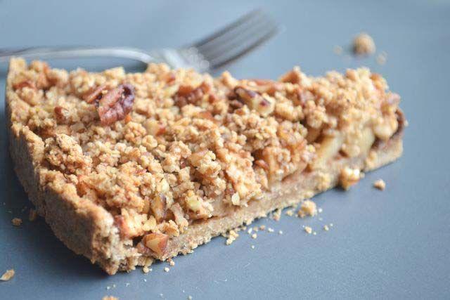Deze gezonde appel kruimel taart bevat geen bloem en boter, de bodem én de kruimel is gemaakt van o.a. havermout. Mijn all-time favorite ingrediënt. - Blij Suikervrij.