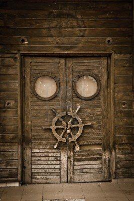 Antigua Puerta De Madera En Un Barco Abandonado, Estilo Vintage. Fotos, Retratos, Imágenes Y Fotografía De Archivo Libres De Derecho. Image 7853765.