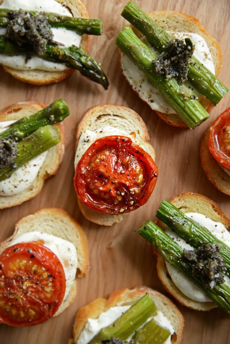 Crostini mit Tomaten Langsam gerösteter & gebratenem Spargel