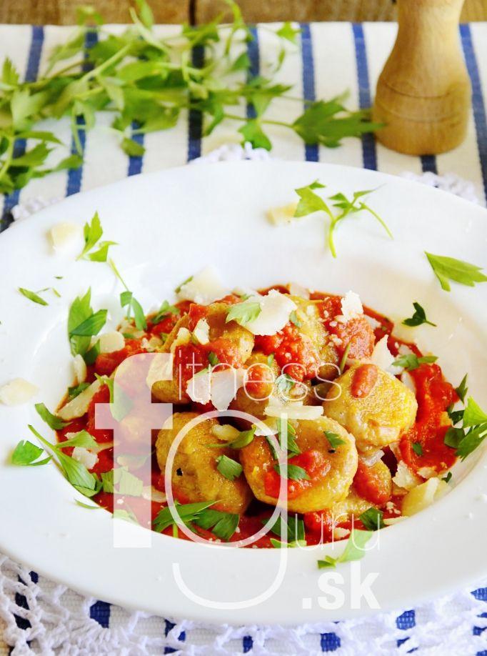 Gnocchi ze sladkých brambor s omáčkou z pečených rajčat