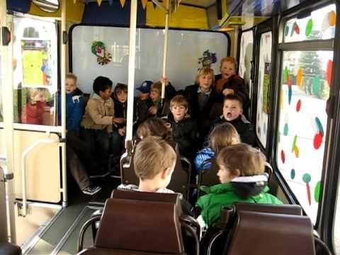 Basisschool de Kleine Akkers Goirle - Met de bus naar de bouwhal - YouTube