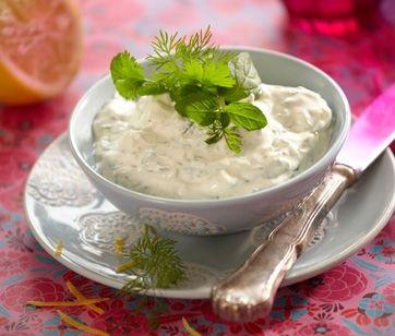 En enkel, indisk yoghurtsovs der mildner og komplimentere stærkt krydrede retter.