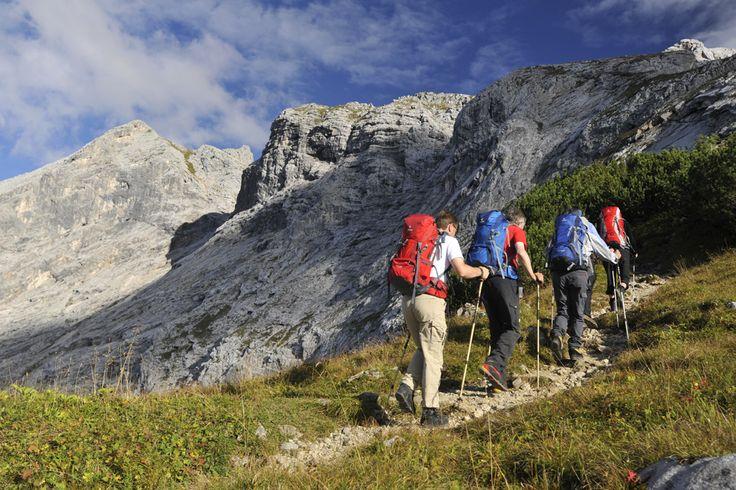 Über das Gatterl auf die Zugspitze. Leichte und Abwechslungsreiche Wanderung von Ehrwald zum Gatterl, Knorrhütte und Zugspitzgipfel, Aufstiegshilfen verkürzen und erleichtern die Aufstiegszeit, Gehzeit ca. 7 Stunden.