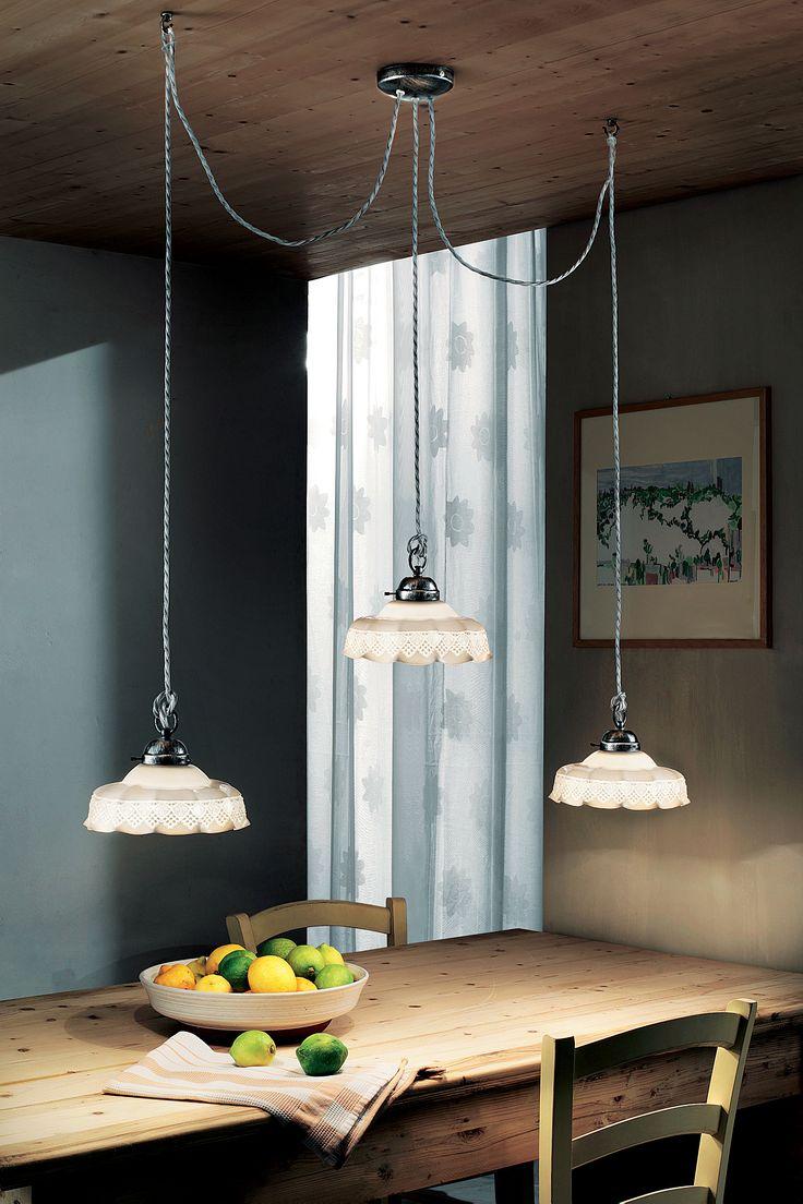 La raffinatezza e la trasparenza della porcellana esaltate dal ricamo effetto pizzo, diffondono la luce ideale per un ambiente caldo e famigliare.